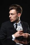 Hombre joven hermoso en traje en fondo oscuro con Imagen de archivo libre de regalías