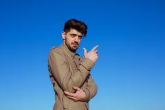 Hombre joven hermoso en una chaqueta militar Imagen de archivo