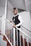 Hombre joven hermoso en una escalera Imagen de archivo