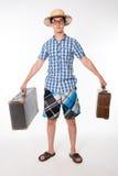 Hombre joven, hermoso en vidrios con la maleta vieja dos lista al tr Imagenes de archivo