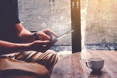Hombre joven hermoso feliz que usa la tableta en café Fotos de archivo libres de regalías