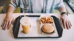 Hombre joven hermoso que almuerza en café solamente imagen de archivo libre de regalías