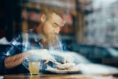Hombre joven hermoso que almuerza en restaurante elegante solamente foto de archivo