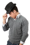 Hombre joven hermoso que desgasta el sombrero negro. Aislado Imagenes de archivo