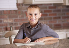 Hombre joven hermoso que estudia y que escribe Imágenes de archivo libres de regalías