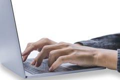 Hombre joven hermoso que juega el ordenador O impresión financiera e información del negocio En un contexto blanco foto de archivo