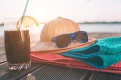 Hombre joven hermoso que miente en una hamaca en una playa soleada por un océano imagenes de archivo