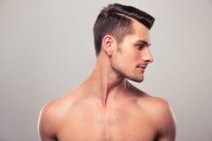 Hombre joven hermoso que mira lejos Imagen de archivo libre de regalías