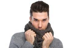 Hombre joven hermoso que presenta con la bufanda gris de las lanas Imagen de archivo libre de regalías