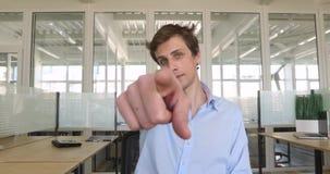 Hombre joven hermoso que señala el dedo en usted almacen de video