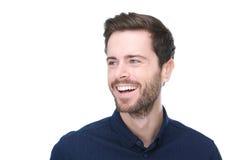Hombre joven hermoso que sonríe en fondo blanco aislado Imagen de archivo