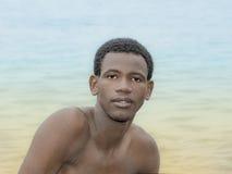 Hombre joven hermoso que sonríe en la playa Fotografía de archivo