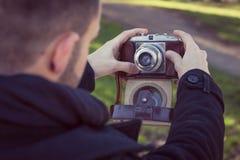 Hombre joven hermoso que toma un selfie Imagen de archivo