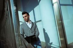 Hombre joven hermoso que trabaja en el ordenador y que escucha la música Imagen de archivo libre de regalías