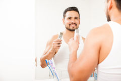 Hombre joven hispánico que afeita su barba Foto de archivo libre de regalías