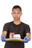 Hombre joven hispánico que lleva guantes azules de la limpieza Fotos de archivo