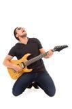 Hombre joven hispánico que toca la guitarra eléctrica Foto de archivo