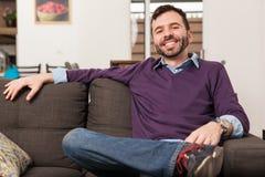 Hombre joven hispánico que se relaja en casa Foto de archivo libre de regalías