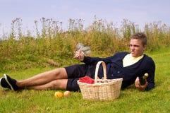 Hombre joven listo para la comida campestre Foto de archivo libre de regalías