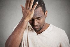 Hombre joven melancólico deprimido, subrayado, solo, decepcionado triste Imagenes de archivo