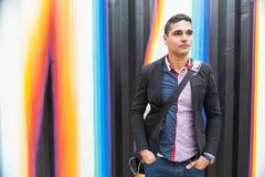 Hombre joven moderno con el árabe con un bolso Foto de archivo libre de regalías