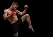 Hombre joven muscular con la pierna para arriba Fotos de archivo