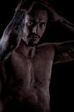 Hombre joven muscular con muchos tatuajes, estilo dragan Imagen de archivo
