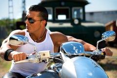 Hombre hermoso en la motocicleta Fotos de archivo