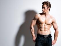 Hombre joven muscular hermoso que presenta en el estudio Foto de archivo libre de regalías