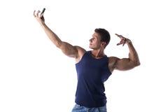 Hombre joven muscular hermoso que toma el selfie con el teléfono celular Fotos de archivo libres de regalías