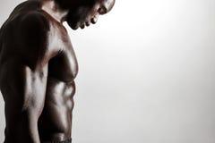 Hombre joven muscular que se coloca descamisado Fotos de archivo libres de regalías