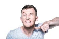 Hombre joven muy enojado en whited Fotos de archivo