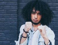 Hombre joven negro de moda con el peinado afro que encajona amenazador Moda de la calle Fotos de archivo