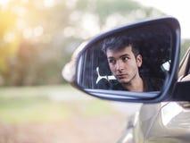 Hombre joven o adolescente serio que conduce el coche Imágenes de archivo libres de regalías