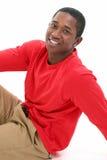 Hombre joven ocasional en camisa larga del rojo de la funda Imagenes de archivo