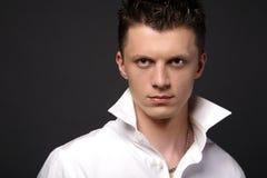 Hombre joven ocasional en la camisa blanca Foto de archivo