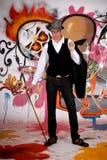 Hombre joven, pared de la pintada Fotos de archivo libres de regalías