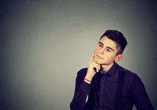 Hombre joven pensativo que mira para arriba Fotos de archivo