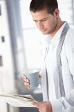 Hombre joven por la mañana con té Imagen de archivo