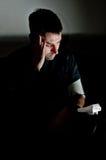 Hombre joven presionado sobre su presión del rencor Fotos de archivo libres de regalías