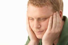 Hombre joven profundamente en pensamiento Imagen de archivo libre de regalías