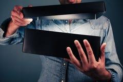 Hombre joven que abre una caja emocionante Fotos de archivo