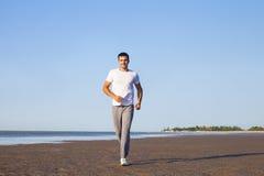 Hombre joven que activa afuera, corredor que entrena al aire libre a la elaboración Imagen de archivo libre de regalías