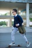 Hombre joven que anda en monopatín Imagen de archivo libre de regalías