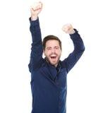 Hombre joven que anima y que celebra con los brazos aumentados fotos de archivo
