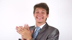hombre joven que aplaude almacen de metraje de vídeo