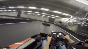 Hombre joven que aturde a la primera persona pov que conduce el coche del kart del ocio en la acción extrema karting del deporte  almacen de video
