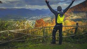 Hombre joven que aumenta sus manos en punto del Mountain View metrajes