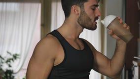Hombre joven que bebe una bebida del smoothie o una sacudida de la proteína imágenes de archivo libres de regalías