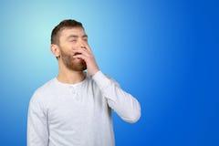 Hombre joven que bosteza Foto de archivo libre de regalías